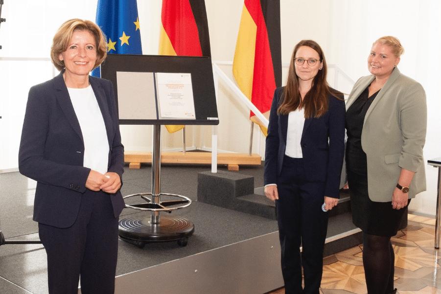 Ministerpräsidentin Malu Dreyer mit Yvonne Mork und Melanie Löhlein. Der Kinderschutzbund - Kreisverband Germersheim©Staatskanzlei RLP/Pulkowski
